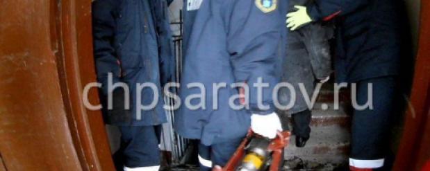 В Саратове пожилой мужчина провалился в подвал и застрял